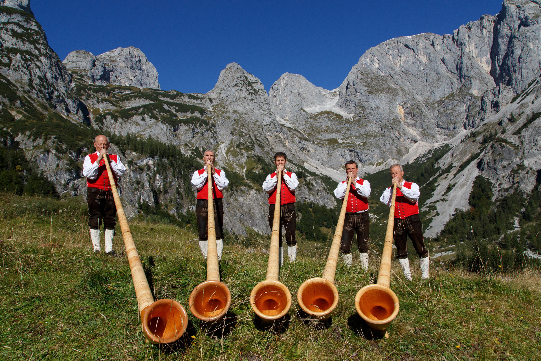Erhebend klingt es, wenn die Annaberger AlphornBläser vor der prächtigen Bergkulisse spielen. (Foto: ORF)