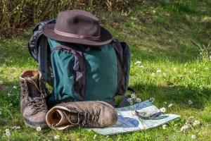 Wanderrucksack, Bergschuhe und Karte zum Pilgern (c) pixabay.com