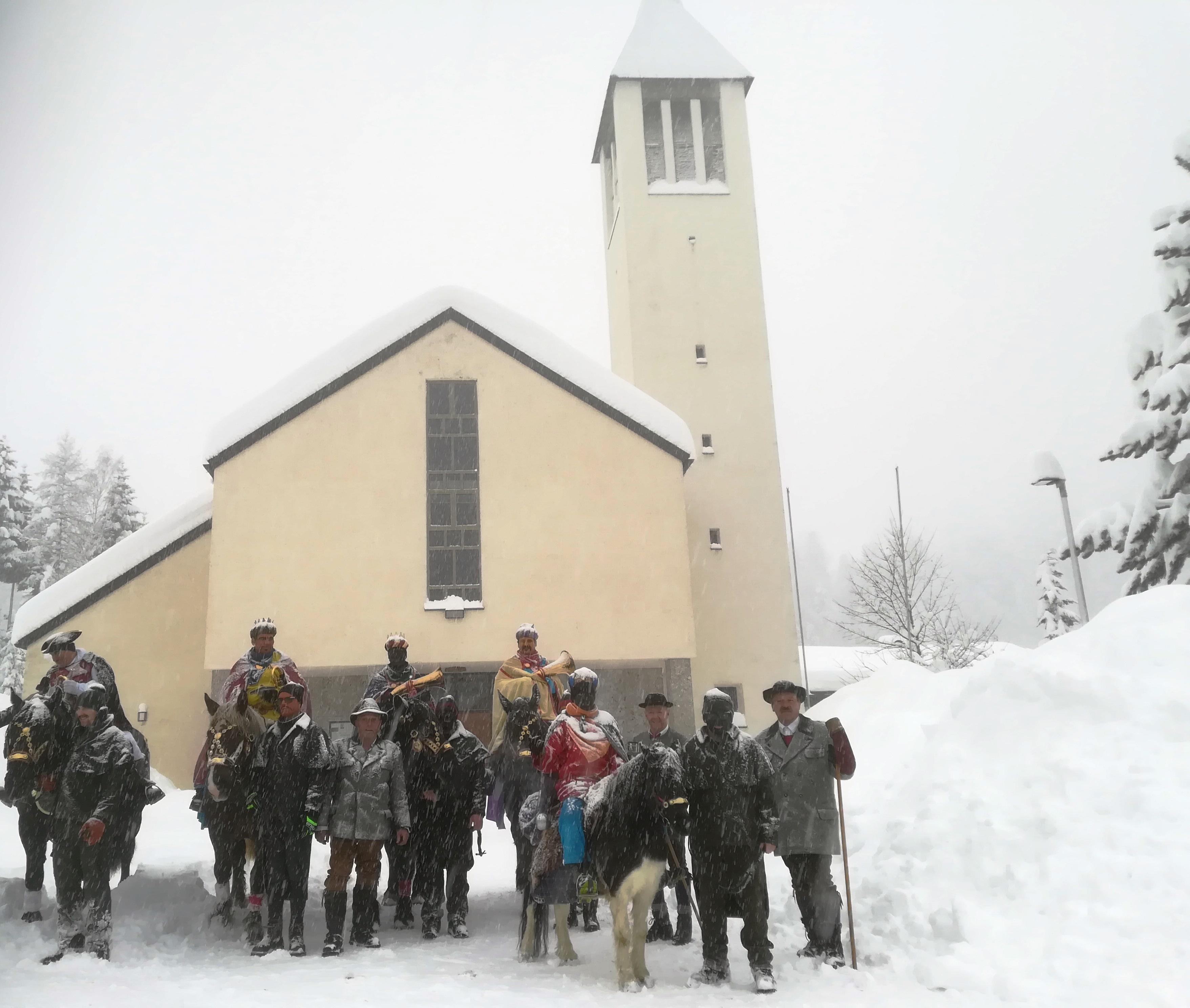 Die Dreikönigsreiter und ihr Gefolge vor der Pfarrkirche Lungötz (c)Sylvia Schober